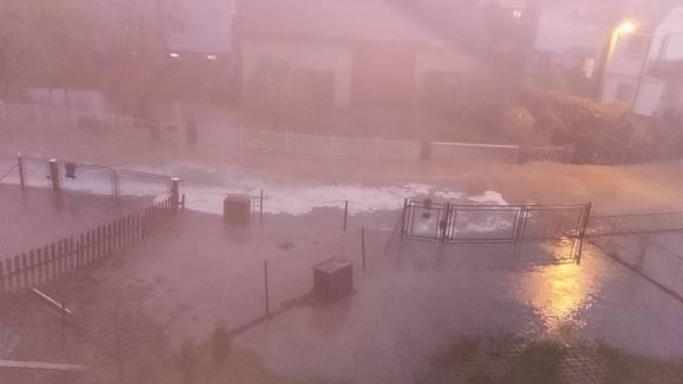 Zaplavená ulice Ke Kovárně, Šilheřovice, 12. května 2021. Snímky sdílejí lidé na facebookovém profilu Prajzská republika.