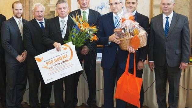 Slavnostní předání ocenění proběhlo na půdě Senátu Parlamentu České republiky a kromě něj si Větřkovice odnesly také šek na 900 tisíc korun.
