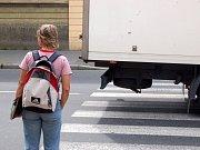 Řidiče bílého fordu usvědčila z prolétnutí křižovatky na červenou délka brzdné dráhy.