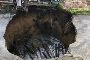 Na Pekařské v Opavě se v pátek propadla zem. Kráter je šest metrů hluboký.