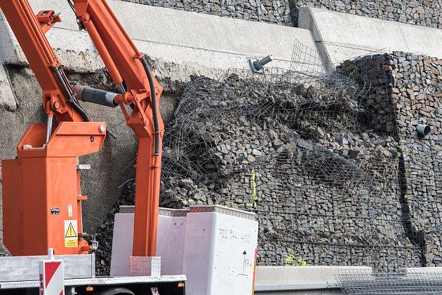 Nedostatky vprojektu mohou za to, že šla část zdi loni vzáři kzemi.