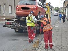 Odtahová služba odklízí vůz, který brání čištění ulice.