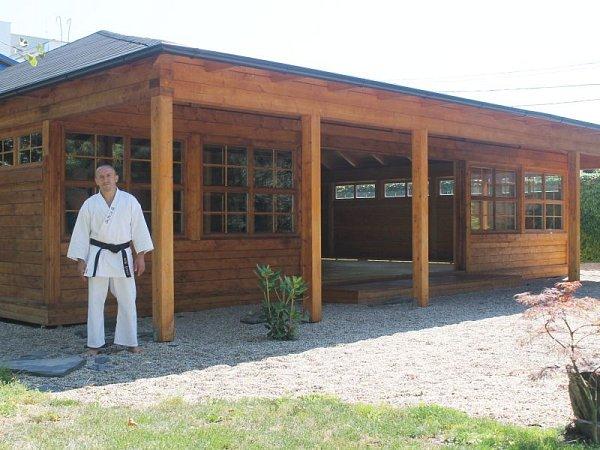 Martin Březina před Japonskem inspirovanou dřevostavbou, vedle níž vyroste japonská zahrada.