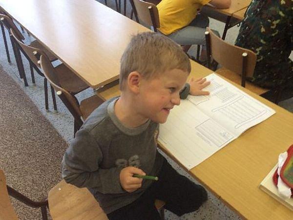 Jakub i přes své onemocnění nastoupil do první třídy se zdravými dětmi a školu zvládá na výbornou.
