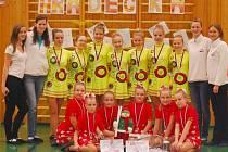 V červených šatech sedmice kadetky AMA 3, žluté šaty sedmice juniorky AMA 2 s trenérkami.