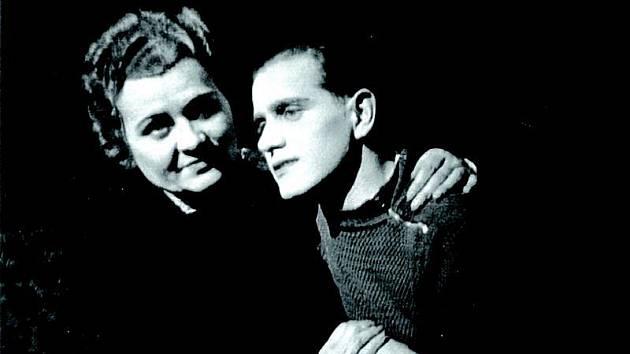 Snímek z roku 1945 Miloše Zbavitele spolu s Marií Šafaříkovou zachytil v inscenaci hry Matka.
