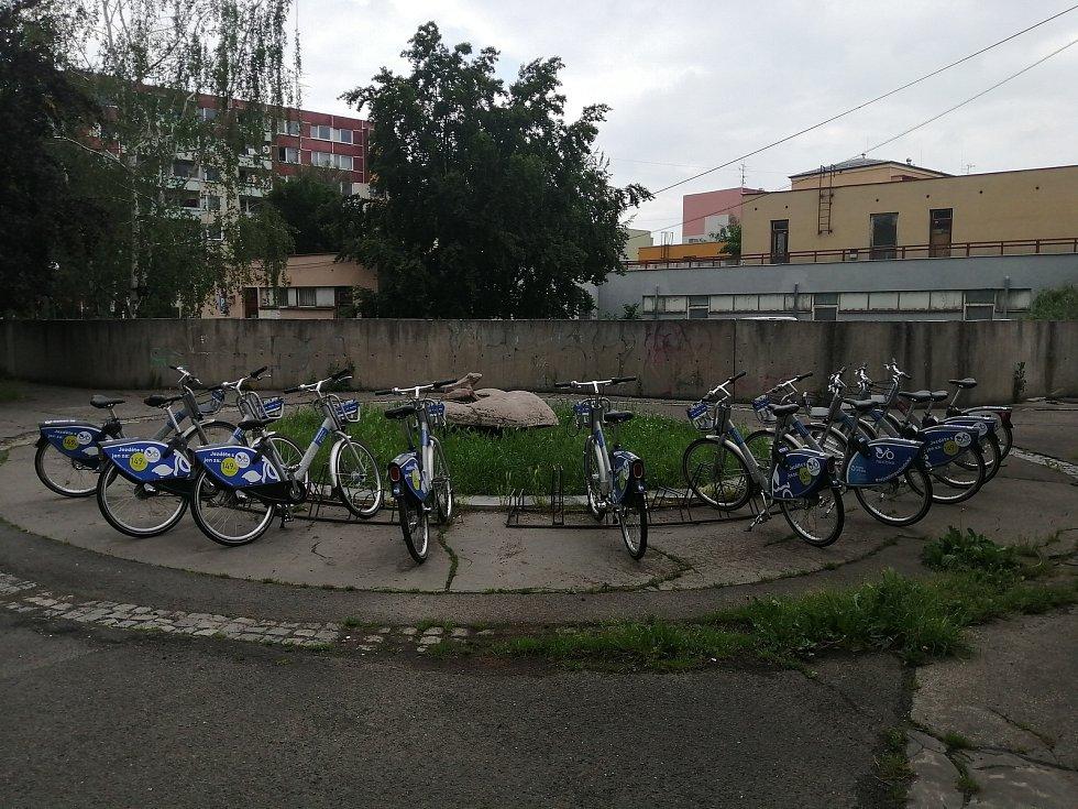 Sdílená kola v u Žabky v Kylešovicích.