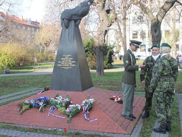 Uplynulou sobotu, v den výročí 17. listopadu, zde stála necelá desítka těch, kteří pocítili, co to jsou totalitní režimy, včetně toho komunistického.
