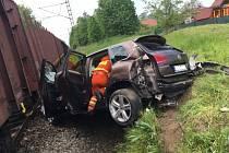Dvě jednotky hasičů zasahovaly v neděli odpoledne v Háji ve Slezsku-Lhotě, kde se na železničním přejezdu nedaleko železniční stanice střetl nákladní vlak s osobním automobilem Volkswagen Touareg.