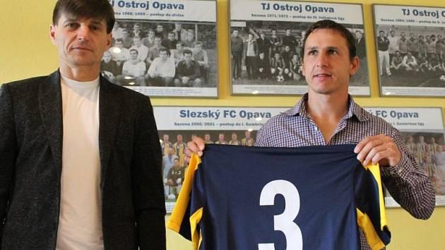 Zdeněk Pospěch je hráčem Opavy! Bývalý reprezentační obránce podepsal v úterý dopoledne se Slezským FC tříletý kontrakt. Z rukou předsedy představenstva Marka Hájka a generálního manažera Aloise Grussmanna převzal dres s číslem 3.