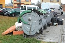 Takový nepořádek vládne často u kontejnerů na Rolnické ulici v Opavě. Popeláři přiznávají, že s tímto místo mají pravidelné problémy.