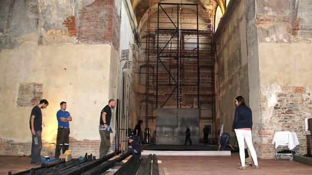 V kostele svatého Václava v Opavě nyní probíhají horečnaté přípravy instalace unikátního uměleckého díla.
