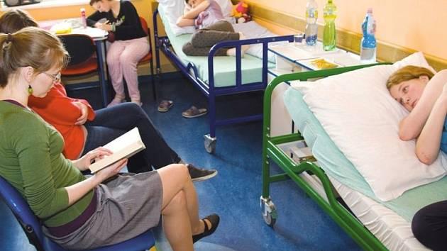 K dobrovolným aktivitám v nemocnici patří i předčítání z knih.