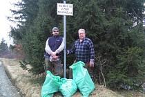 V Zálužném dobrovolníci vysbírávali odpadky hlavně z příkop.
