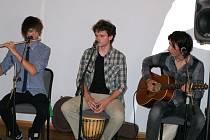 Václav Khýr s bratrem Přemyslem a kamarádem Jiřím Šoltisem vytvořili hudební skupinu, která pravidelně každých čtrnáct dní vystupuje na koncertech v Art Café Microcosmos v Olomoucké ulici.
