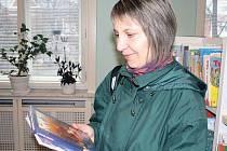 """Pohádky z celého světa si půjčuje pravidelná návštěvnice knihovny Radka Adamcová. Své devítileté dceři je předčítá před spaní a sama pak listuje stránkami tvořivých příruček pro zlaté """"české ručičky""""."""