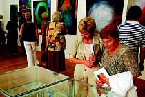 Jitka Štenclová vystavuje v Hradci nad Moravicí kromě maleb i další umělecká díla.
