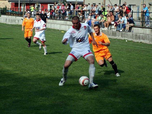 Hradečtí fotbalisté na domácím trávníku jasně přejeli v sobotu Úvalno. Svého soupeře rozstříleli vysoko 6:0.