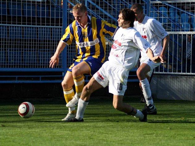 Útočník opavských fotbalistů Tomáš Janoviak vlevo) má nucenou pauzu. Během krátké doby absolvoval dvě operace.