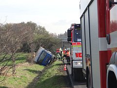 Tři jednotky hasičů zasahovaly přes páteční poledne na silnici mezi Hlučínem a Kozmicemi, kde skončil nákladní MAN s nápoji v příkopu.