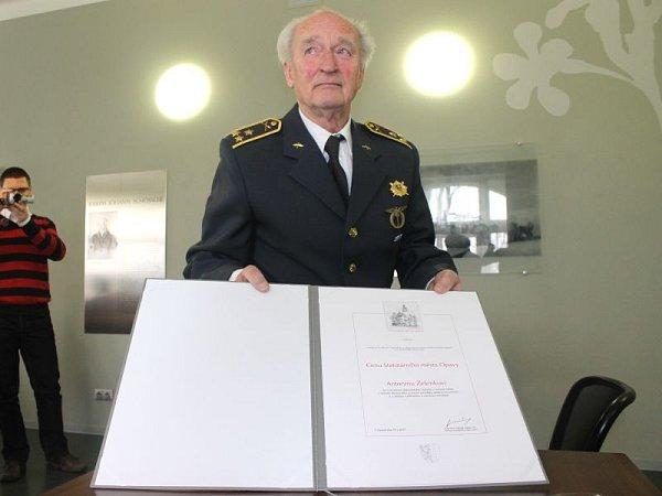 Plukovník Antonín Zelenka je ivšestaosmdesáti letech stále neuvěřitelně energický a věčně dobře naladěný muž. Ke včerejšímu ocenění mu přišly pogratulovat desítky lidí.