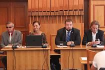 Zastupitelé jednali o dodatku ke smlouvě v zasedací místností rady města.