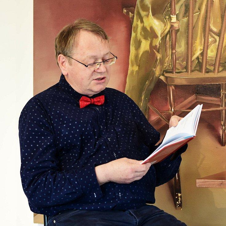 Libor Hřivnáč při letošním veřejném čtení poesie v Opavské kulturní organizaci.