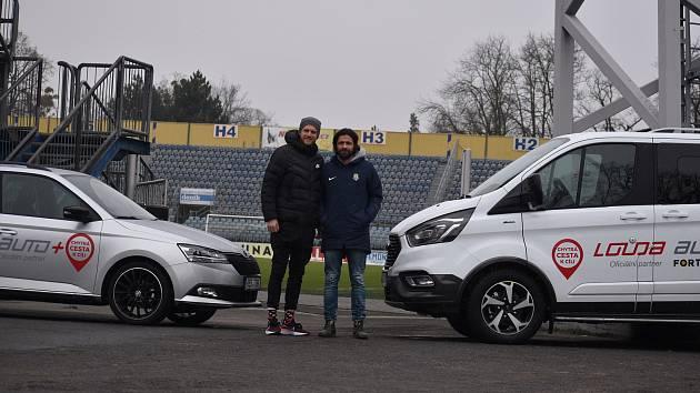 Fotbalová Opava má nový vozový park. Na snímku Radoslav Kováč s Pavlem Zavadilem.  Foto: Eliška Žídková