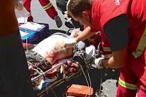 Záchranáři na místě zásahu ošetřují muže s amputací.