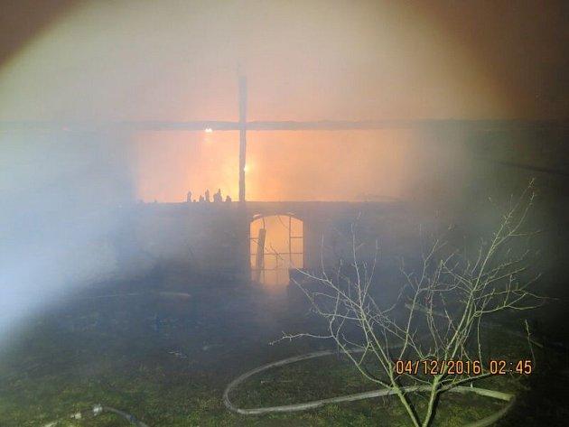 Celkem osm jednotek hasičů zaměstnal požár vnoci ze soboty na neděli vJezdkovicích. Požár se naštěstí obešel bez zranění a obětí na životech. Uhynulo však při něm větší množství chovného ptactva idrobného domácího zvířectva.