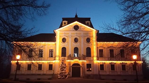 Rozzářený zámek v Kravařích.