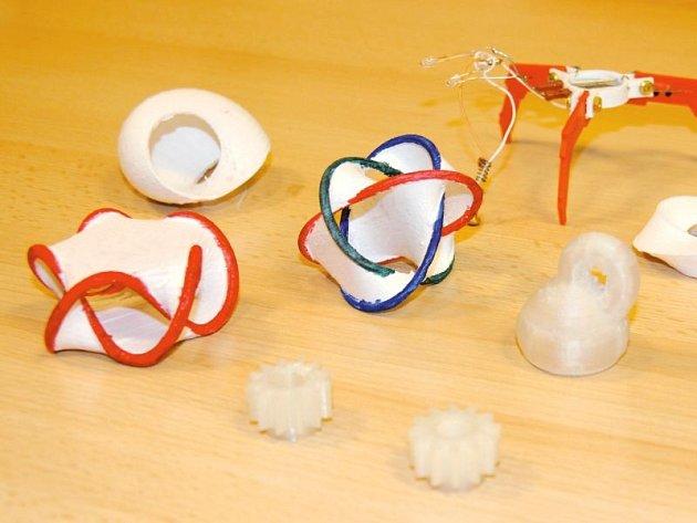 Některé z objektů, které 3D tiskárna vyrobila.