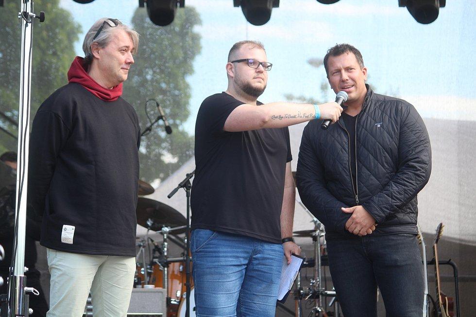Opavský majáles u Víceúčelové haly. Rektor unvierzity Pavel Tuleja (vlevo) a primátor Tomáš Navrátil (vpravo). Opava, 29. května 2021.