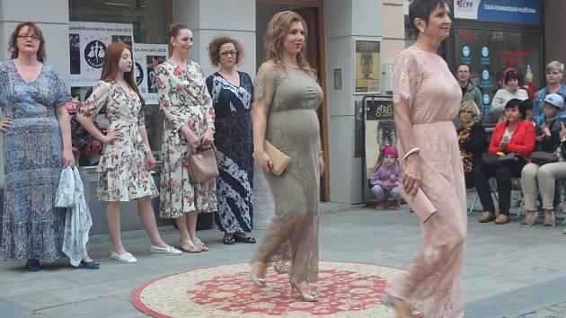 Netradiční módní přehlídka v Ostrožné ulici.