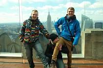 Bolatičtí cestovatelé se nechali zvěčnit na budově Rockefeller Center v New Yorku. Zleva Jan Halfar, Ondřej Kutaš a Marek Obrusník.