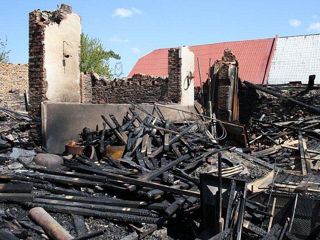 Jediná sirka dokázala způsobit oheň, který v Moravici zničil tři stavení v hodnotě 1 700 000 korun.