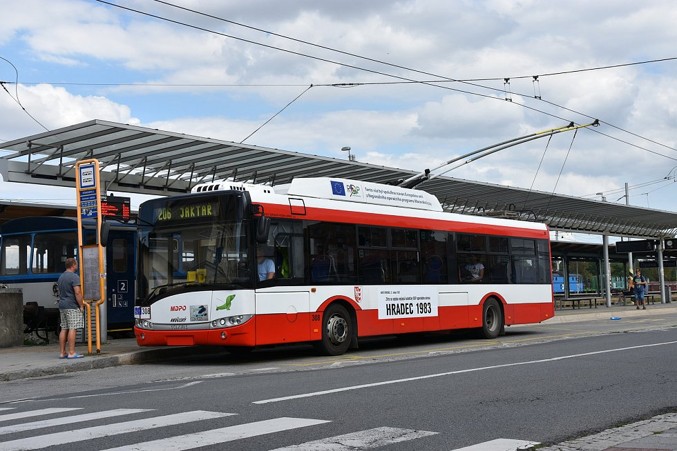 Opavské trolejbusy s titulky dobových novin.