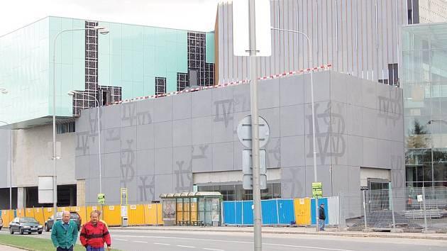 Stavba velkého centra za Bredou, kde lidé budou moci nakupovat i chodit za zábavou, se blíží ke konci. V objektu, který připomíná skládanku z kostek, najde práci až sedm set lidí.