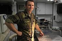 Martin Lokaj v útrobách polního veterinárního pracoviště.