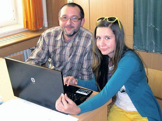 Studentka Martina Marčanová s vedoucím její práce Tomášem Fischerem.