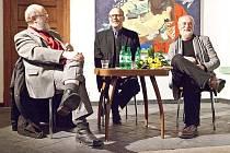 Max Kašparů (vlevo), Jiří Siostrzonek (uprostřed) a Jindřich Štreit odpovídají na otázky publika.