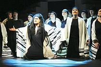Samson (Michal Pavel Vojta) se svým hebrejským lidem prosí Boha o pomoc proti Filištínským.