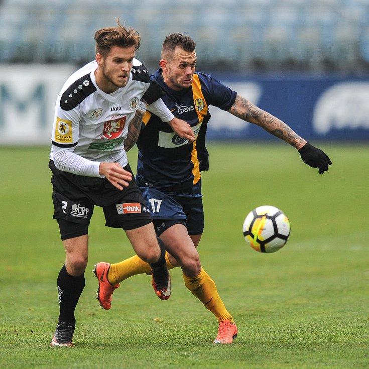 Utkání 15. kola druhé fotbalové ligy (Fortuna národní liga): SFC Opava vs. FC Hradec-Králové, 17. listopadu v Opavě. (vlevo) Pajer Adam, Zapalač Petr.
