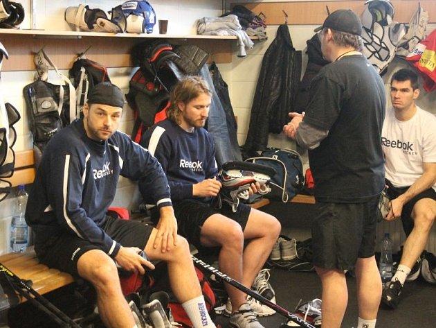 Hokejová reprezentace se v pondělí odpoledne sešla v kravařské Buly aréně. Jde o v pořadí o druhý kemp národního týmu před květnovým mistrovstvím světa v Stockholmu a Helsinkách.