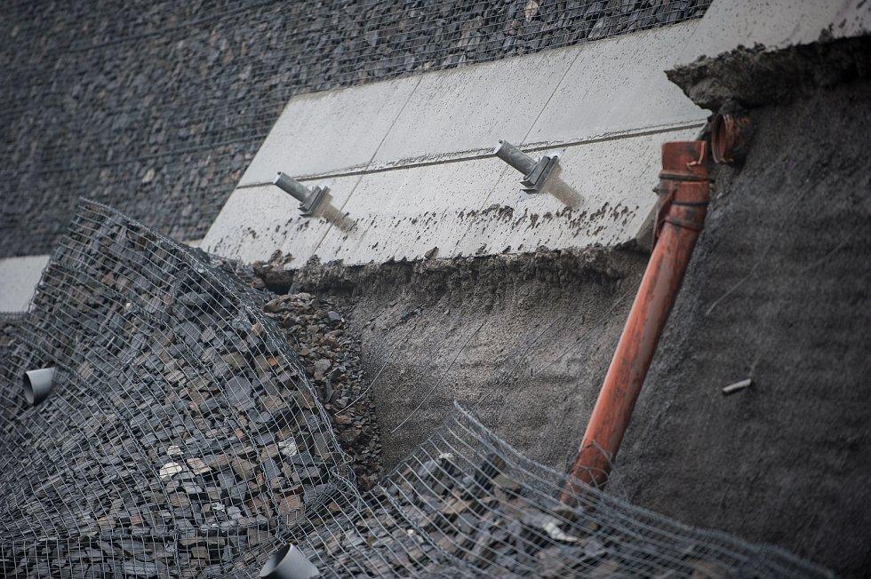 Nedostatky v projektu mohou za to, že šla část zdi loni v záři k zemi.