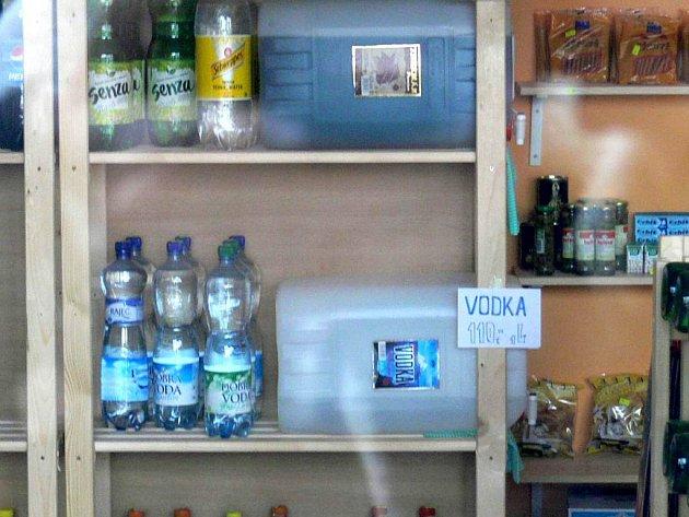 Vodku nebo rum za 110 korun za litr jinak než z kanystru nekoupíte.