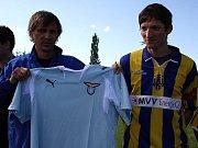 Libor Kozák (vpravo) přebírá dres Lazia Řím od generálního manažera SFC Opava Pavla Hadamczika. Oba se totiž v sobotu postarali o jeden z největších fotbalových transferů léta.