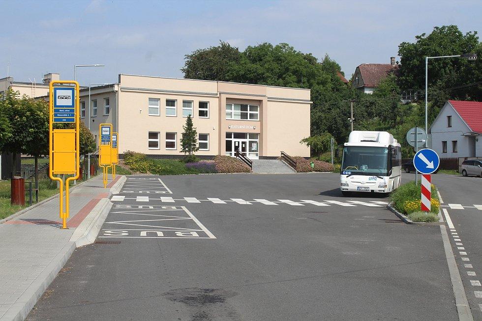 Autobusové stanoviště a kulturní dům.