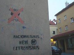 Roh ulice Růžová a U pošty. Červeně přeškrtnuté logo neonacistického Národního odporu nastříkané na fasádě hlavní pošty.