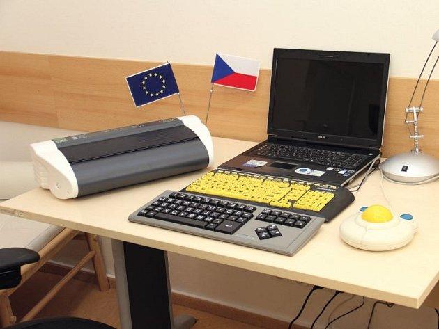 Speciální klávesnice, která mnohým usnadňuje život. Všimnou si můžete také intuitivního ovladače a vlevo tiskárny Braillova písma se specializovaným softwarem.